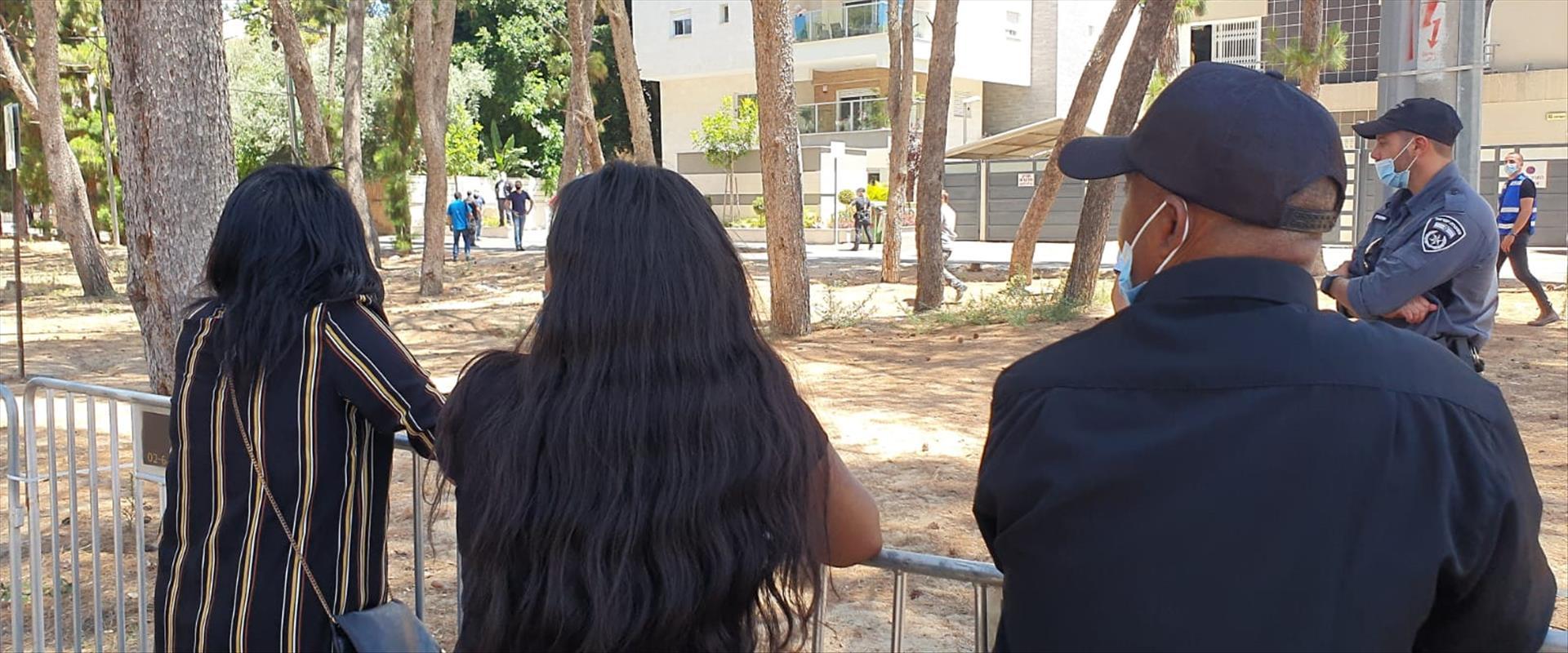 משפחת טקה במהלך סיור השופט בזירת הירי בסלומון - 23