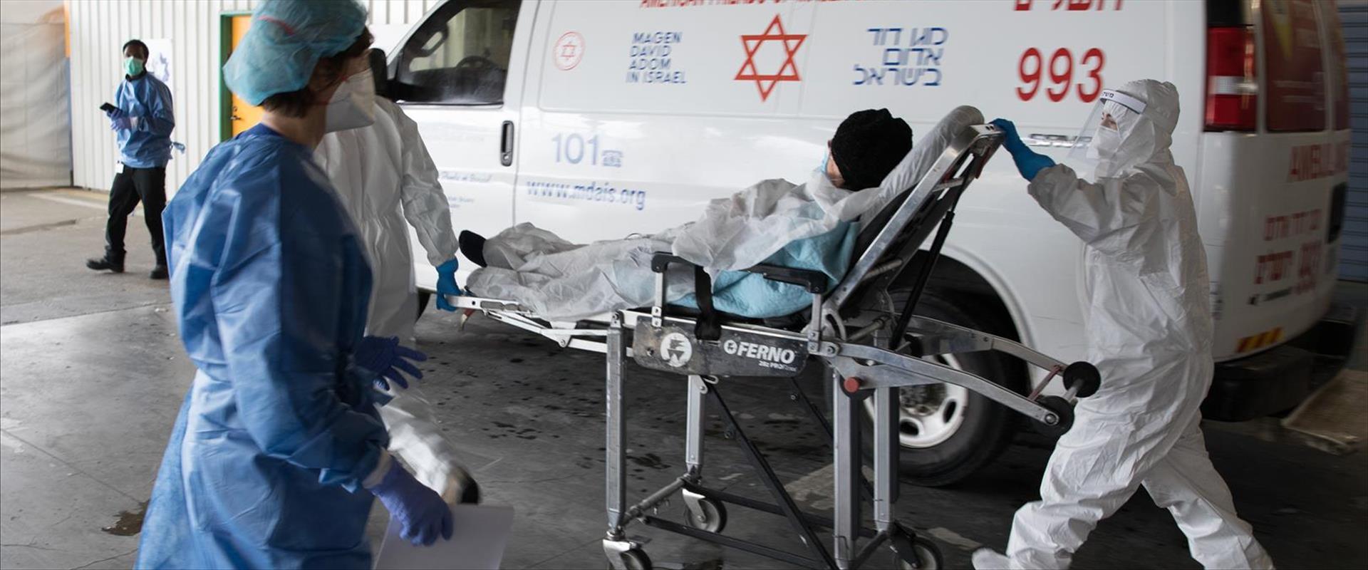 צוות רפואי מוביל חולה קורונה בבית החולים שערי צדק