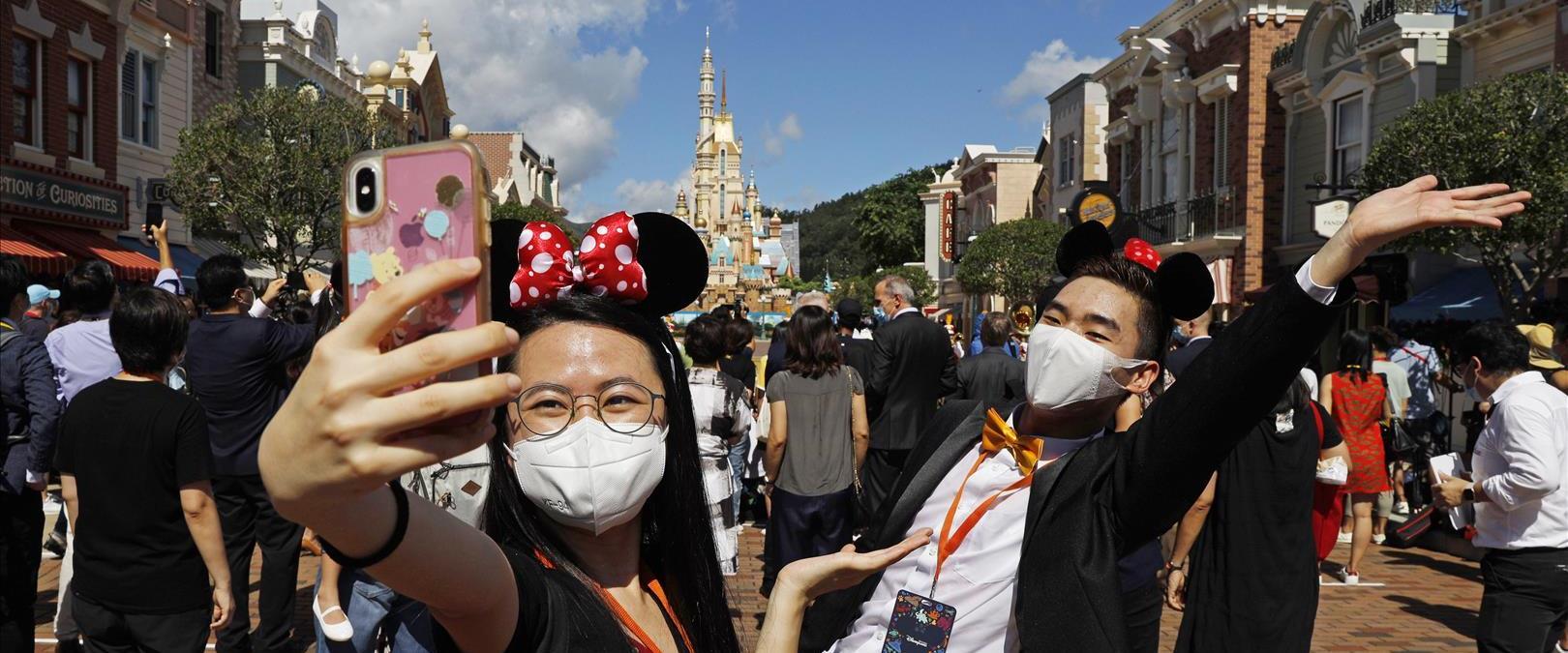 מבלים בפארק דיסני בהונג קונג עם מסכות נגד קורונה