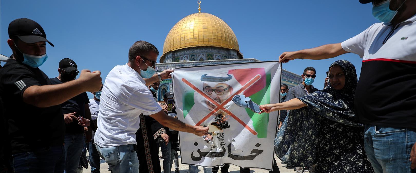 """""""בוגד"""", מפגינים עם תמונת שליט איחוד האמירויות בהר"""