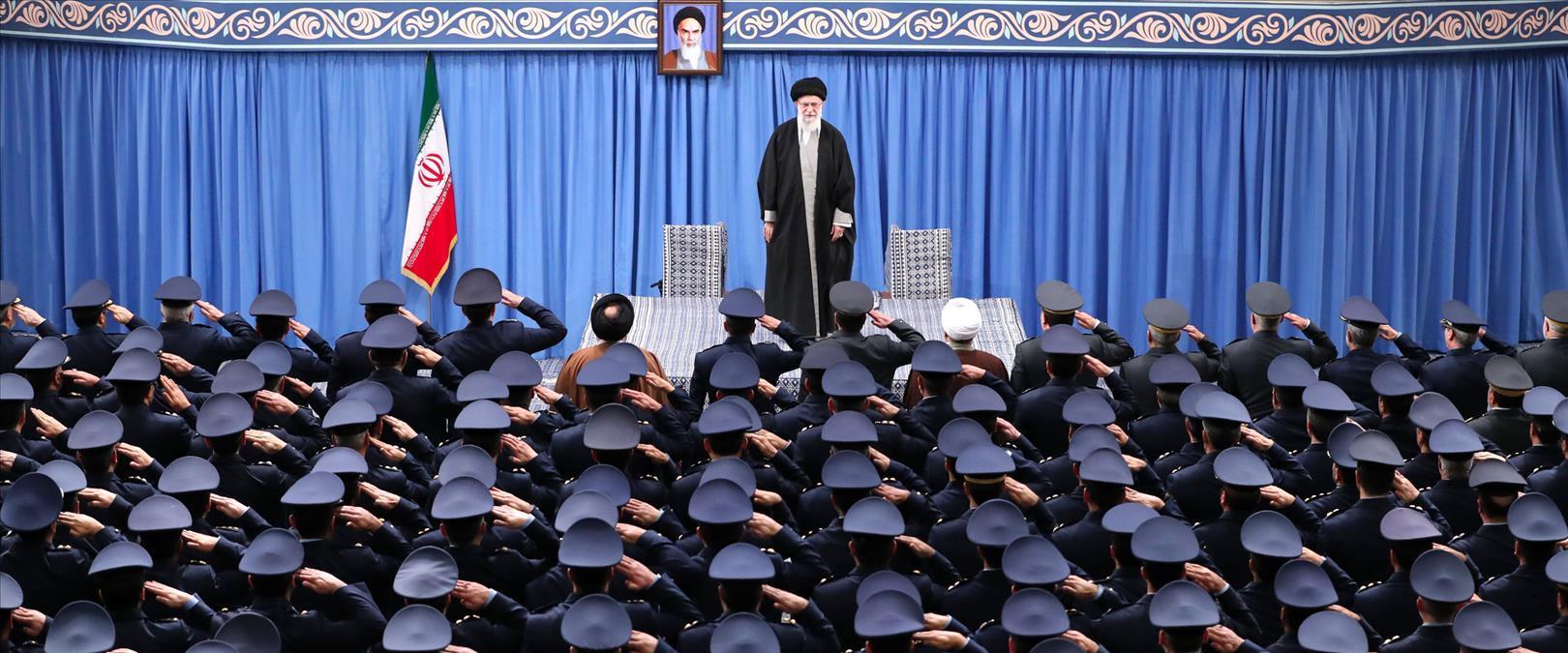 חמנאי באסיפה צבאית באיראן
