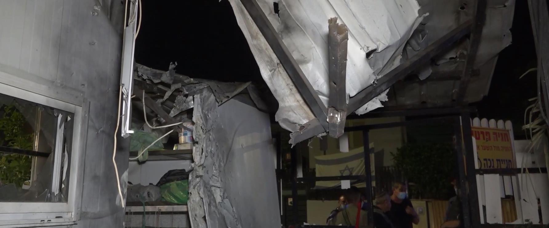 חצר הבית שנפגע בשדרות, הלילה