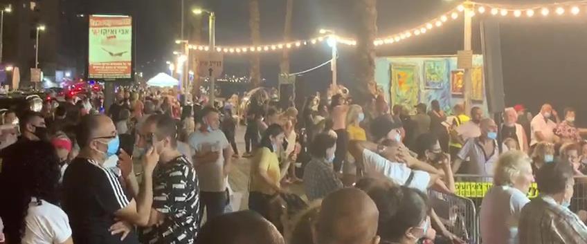 מבקרים ללא ריחוק חברתי בפסטיבל בת ים 2020