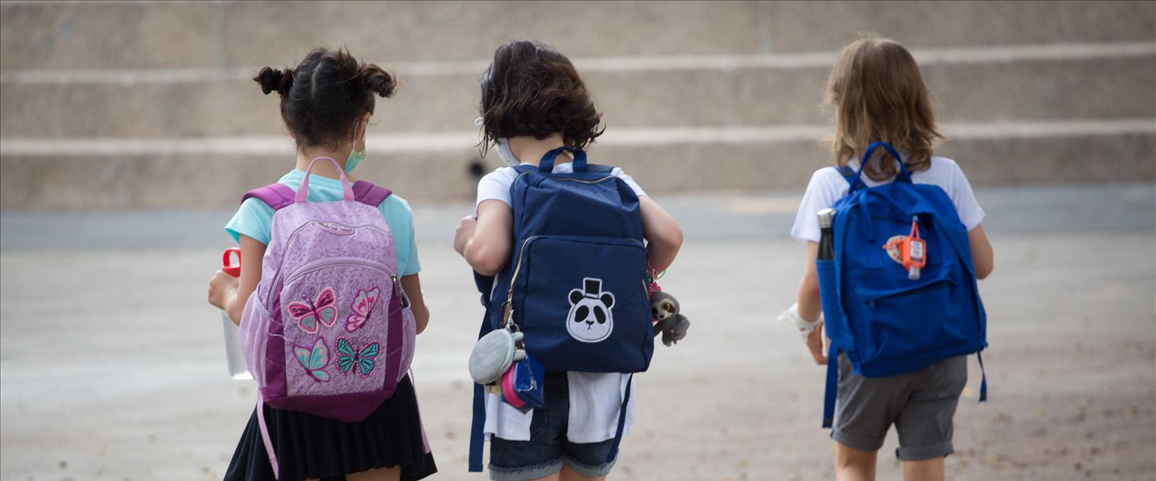 """תלמידות בדרכן לבית ספר בת""""א, בספטמבר"""