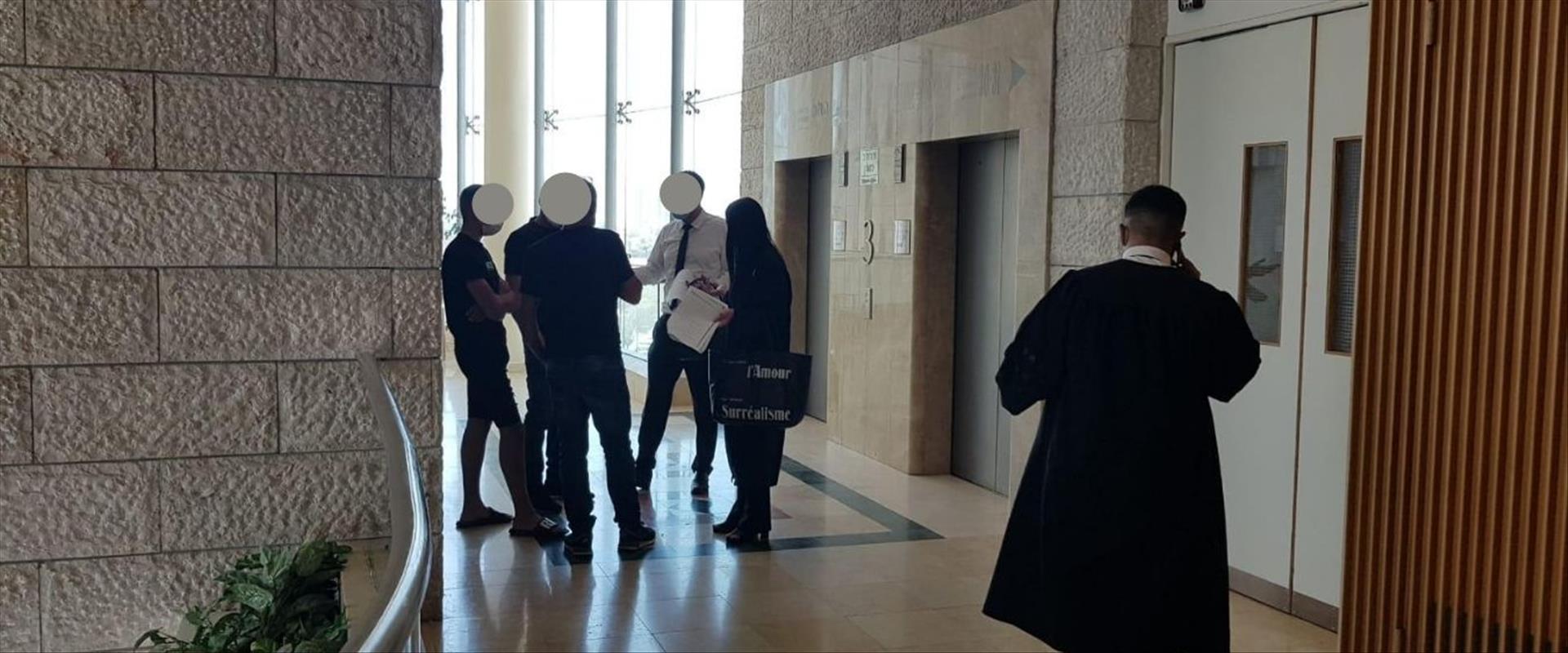 """משפחות הנאשמים מחוץ לאולם ביהמ""""ש"""