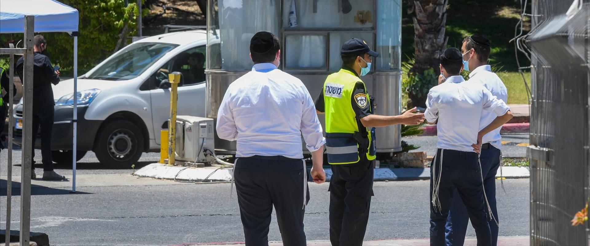 שוטרים בכניסה לאלעד כשהייתה תחת סגר, 24.06.20