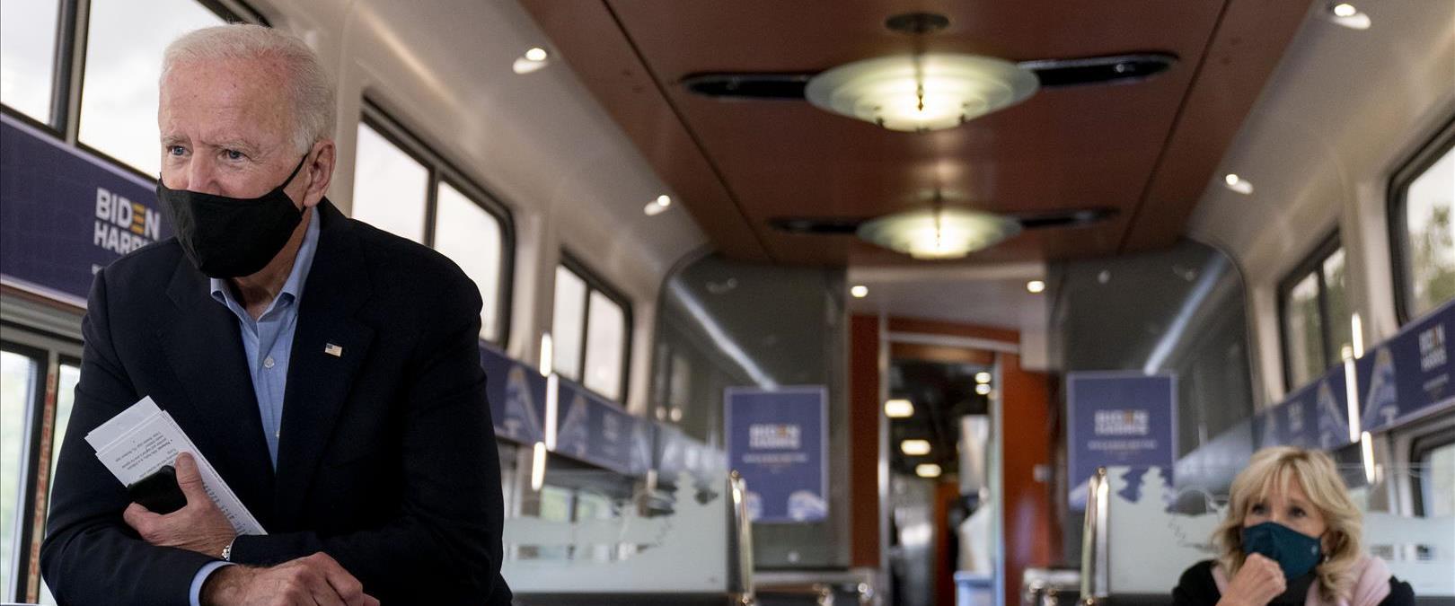 ג'ו ביידן ורעייתו בנסיעה על רכבת של חברת אמטרק