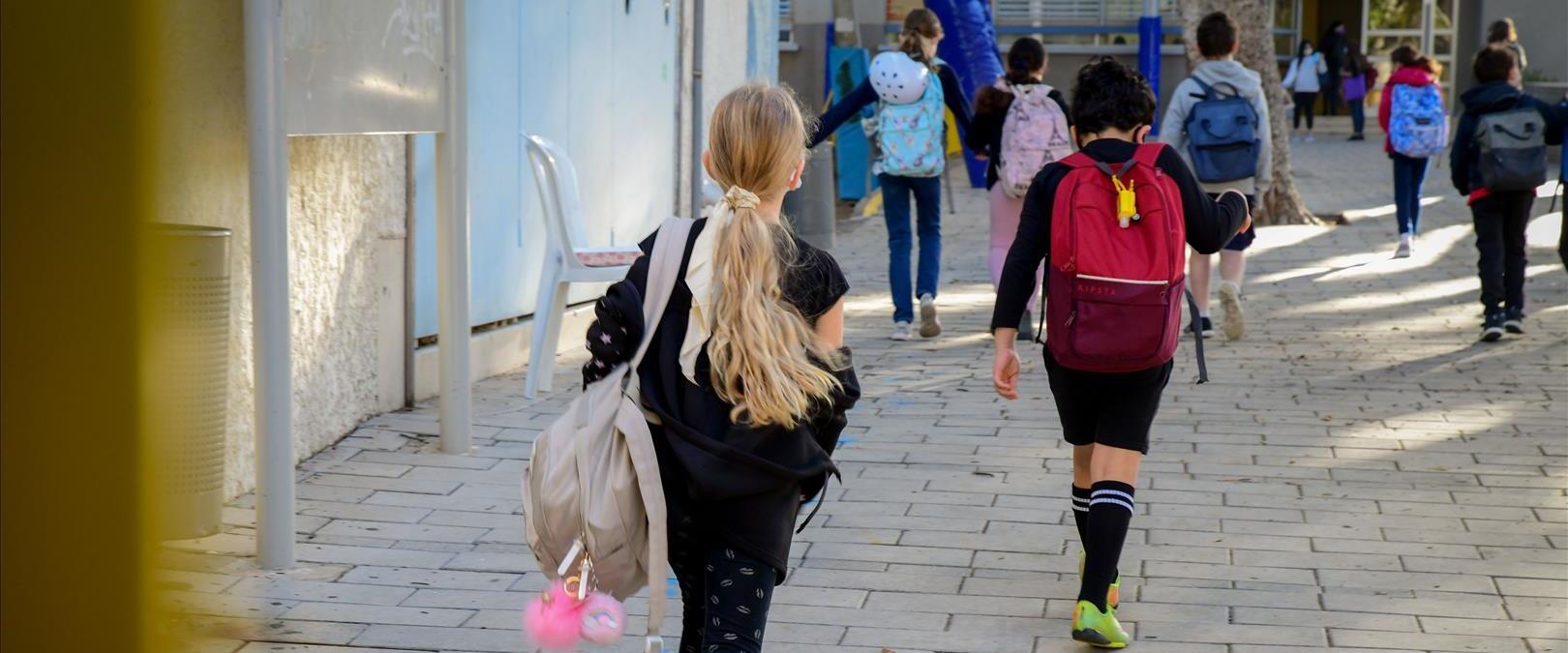 תלמידים חוזרים ללימודים בתל אביב
