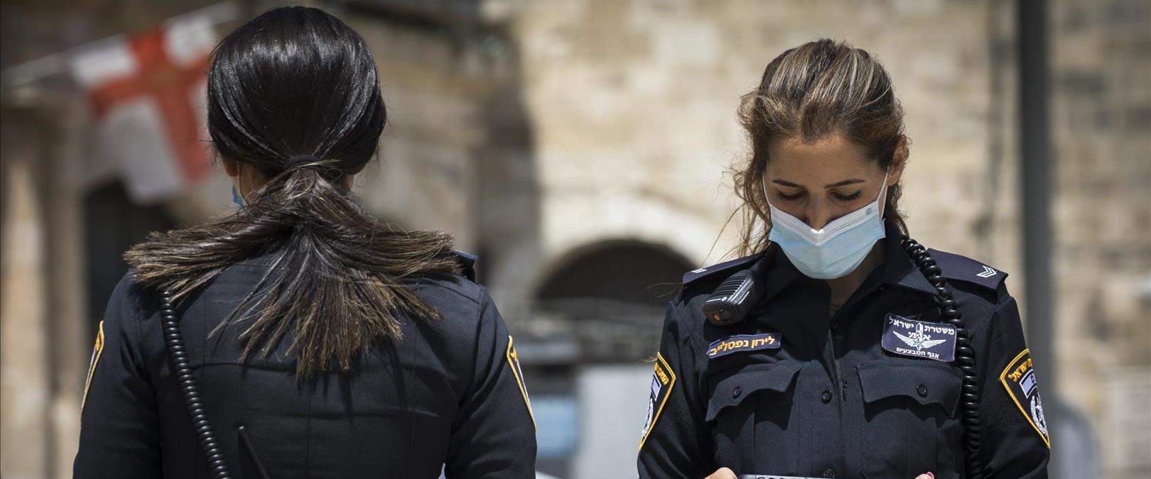 שוטרים אוכפים את הסגר