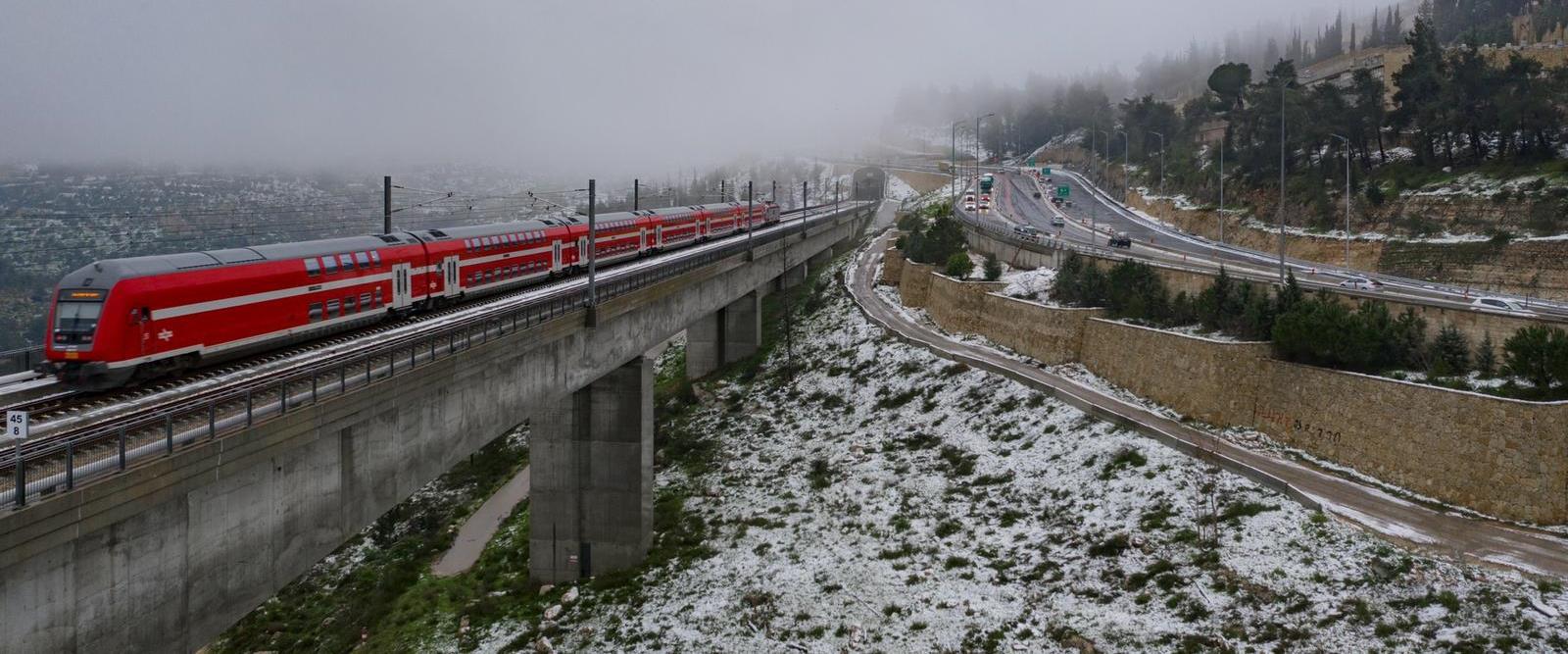 הרכבת לירושלים ברקע השלג