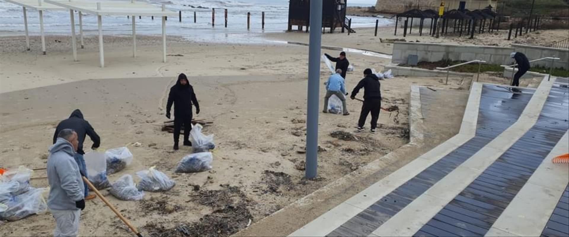 ניקיון חוף אולגה בעקבות זיהום הזפת