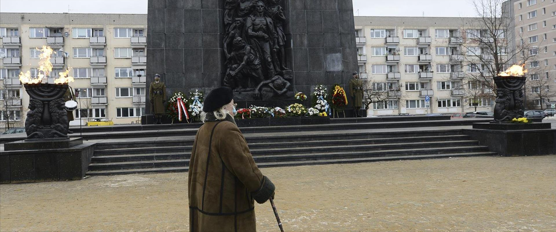 האנדרטה לגטו ורשה בפולין