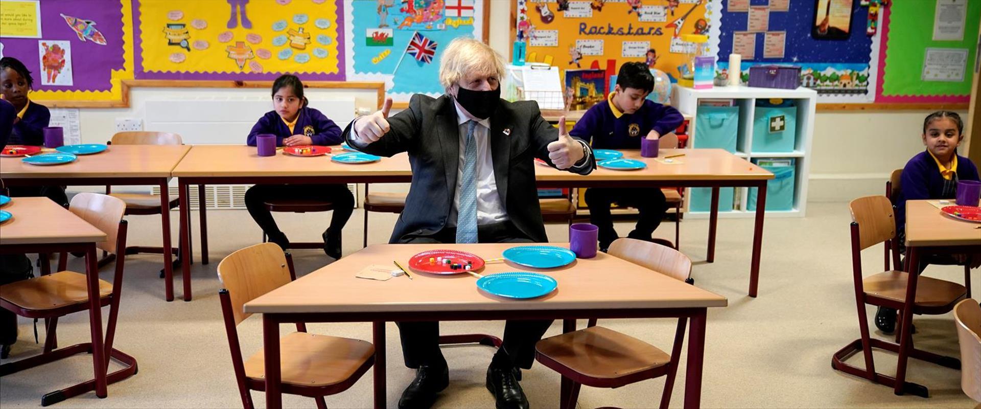 """רה""""מ בריטניה בוריס ג'ונסון בביקור בבית ספר יסודי,"""