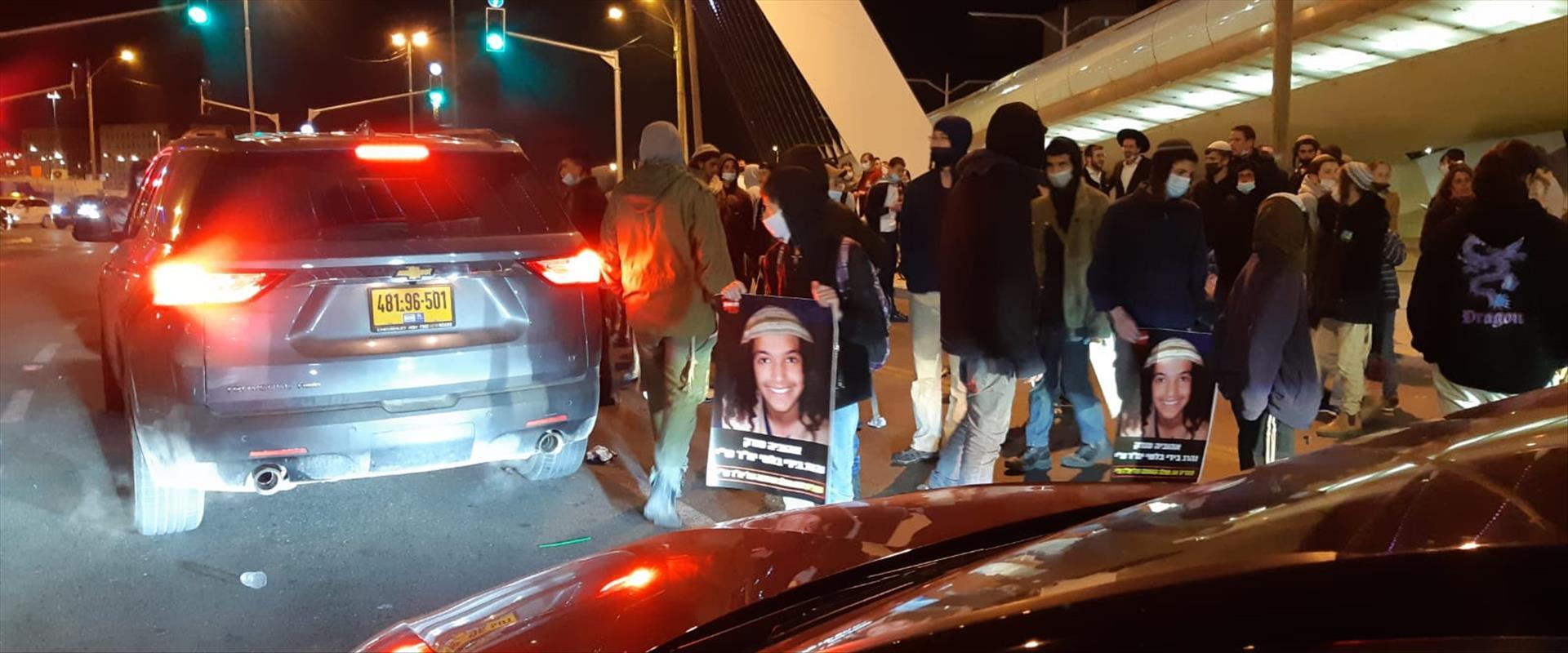 ההפגנה בגשר המיתרים, הערב