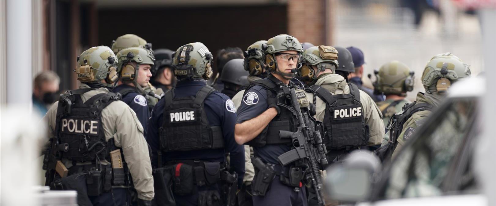 כוחות משטרה בזירת הירי בקולורדו