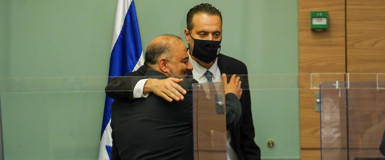 """עבאס מתחבק עם זוהר אחרי בחירתו ליו""""ר הוועדה"""