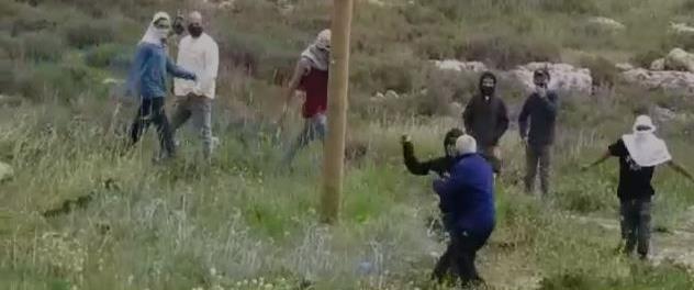 מתנחלים מכים פלסטיני תושב ג'אלוד