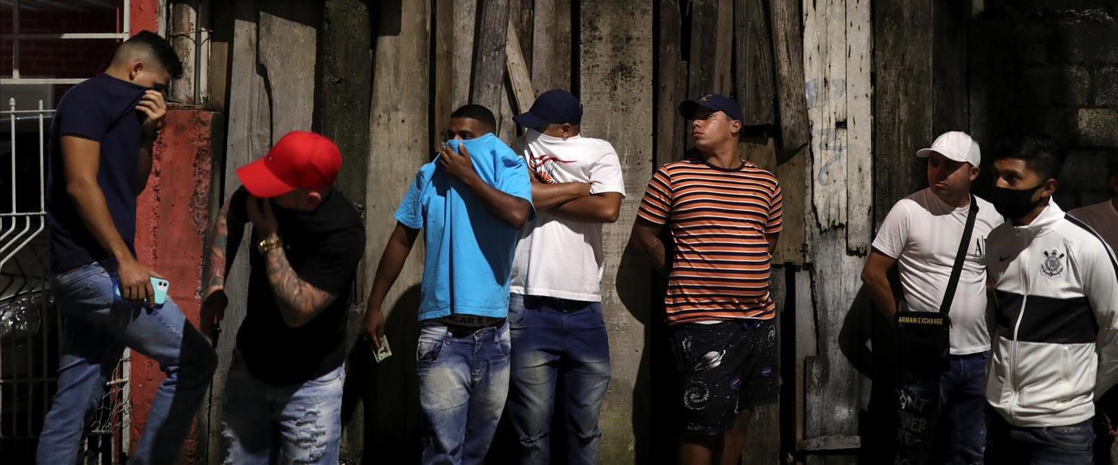 אזרחים מחוץ למועדון לילה בסן פאולו, ברזיל, אחרי שה
