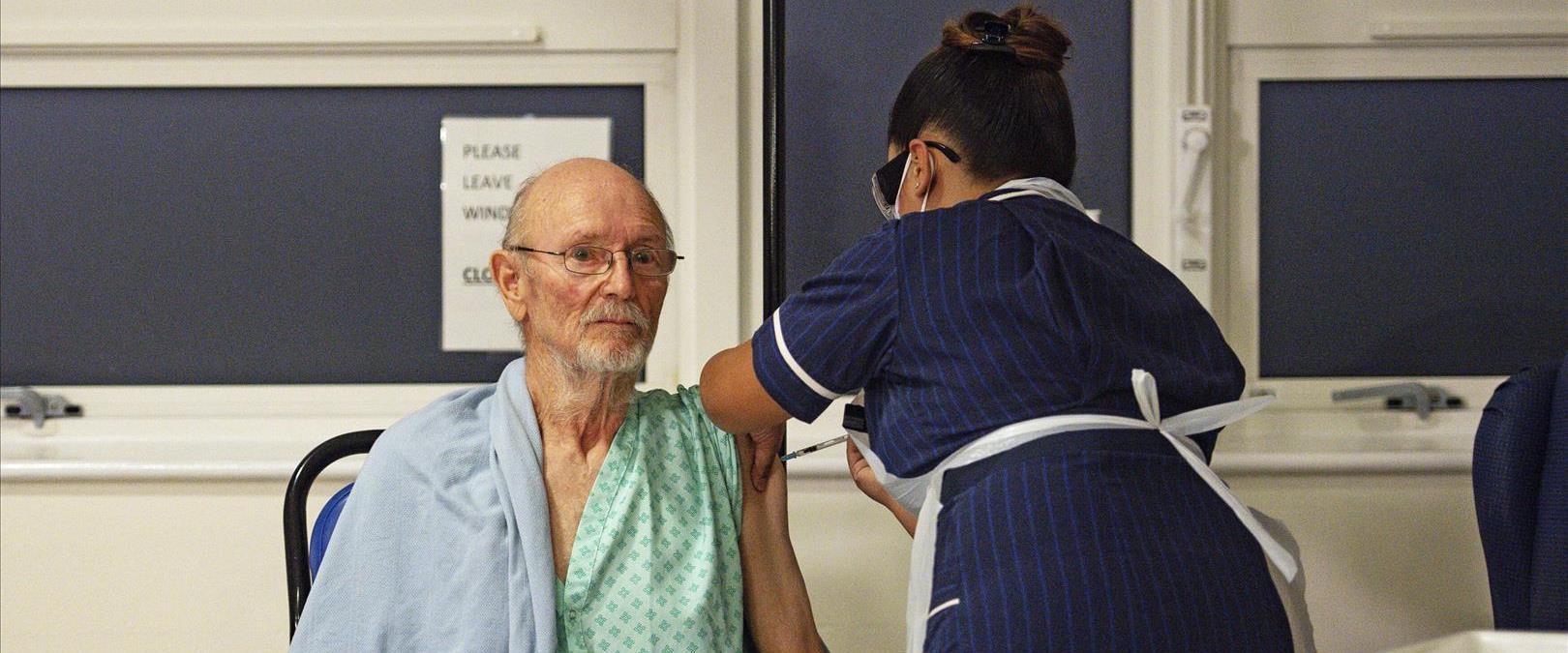 האיש הראשון בעולם שקיבל את חיסון פייזר, וויליאם שי