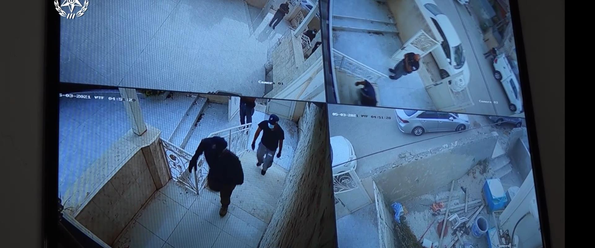 عملية مداهمة أحد منازل المشتبه بهم