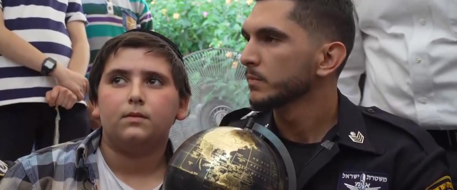 המפגש בין הילד לשוטר שהציל אותו
