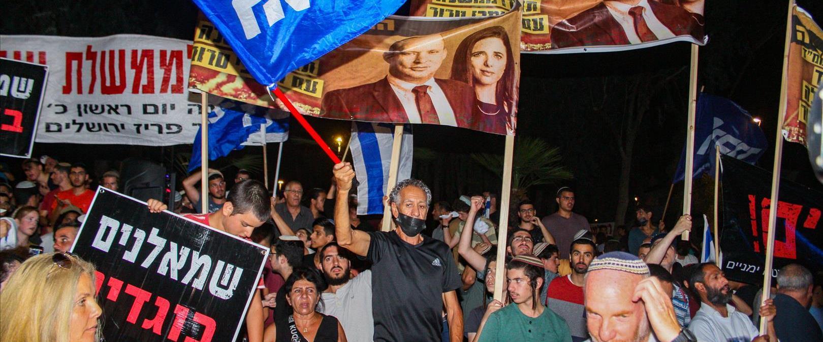 מפגינים נגד ממשלת בנט-לפיד מחוץ לביתה של איילת שקד