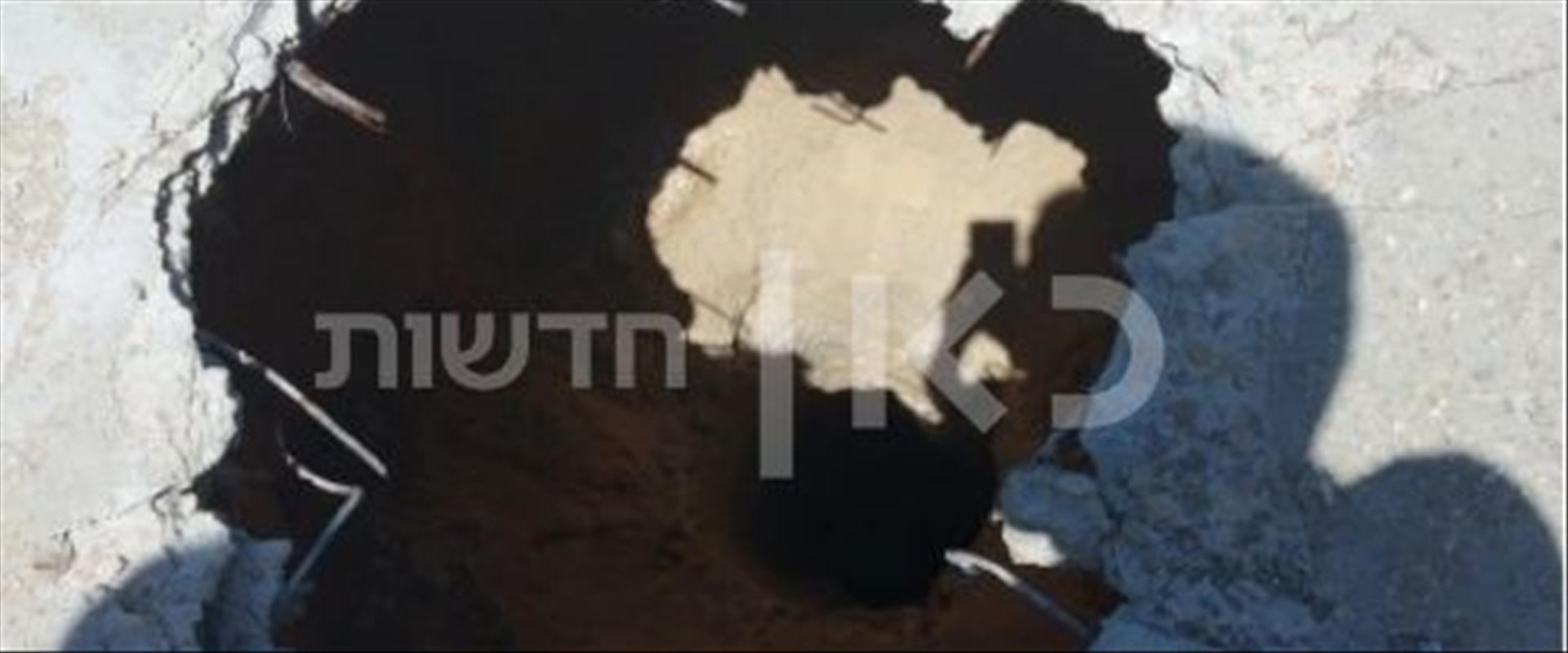"""פתח המנהרה שנחשפה בחצר בית ספר של אונר""""א בעזה"""
