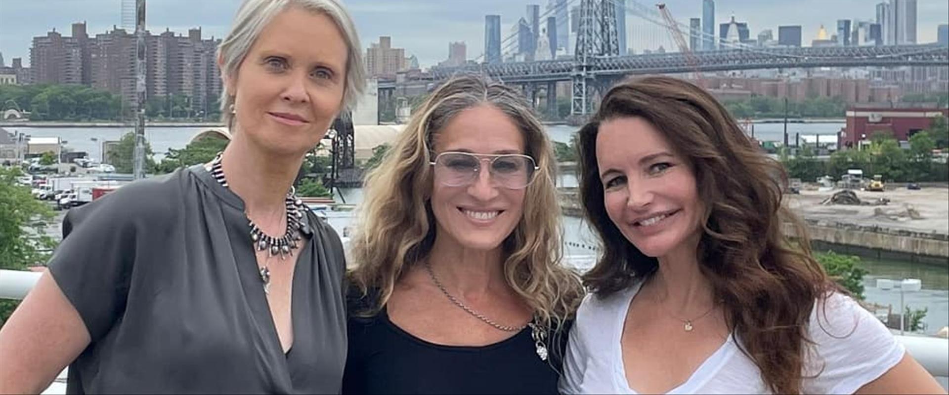 כוכבות הסדרה: קריסטין דיוויס, שרה ג'סיקה פרקר וסינ
