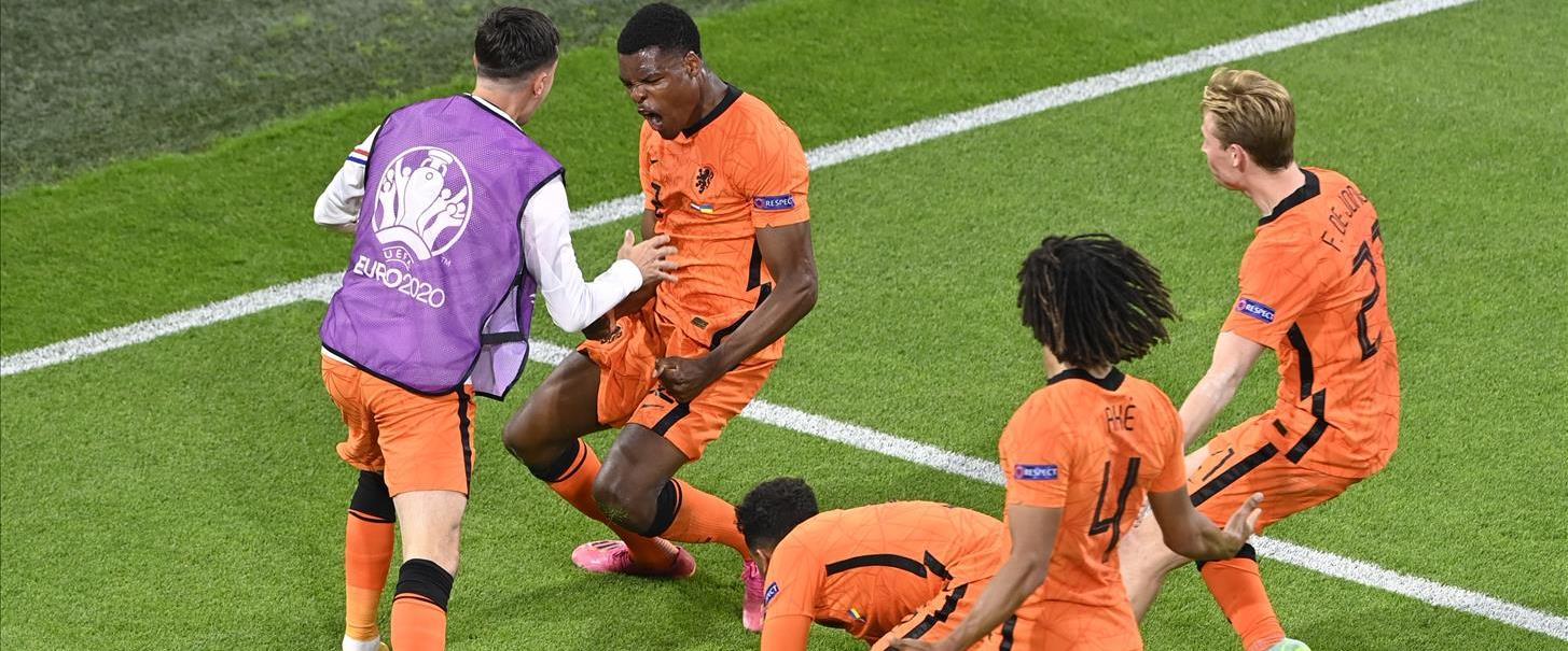 שחקני הולנד חוגגים