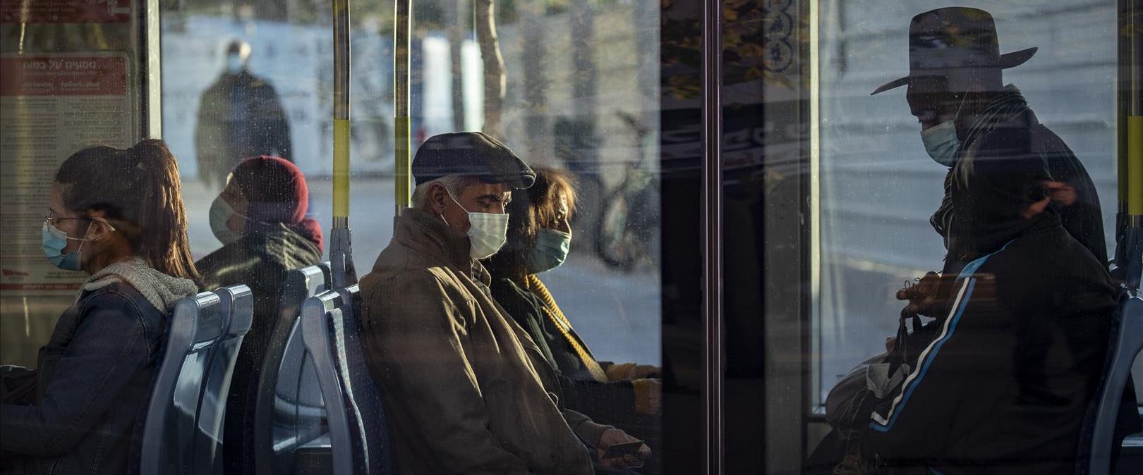 נוסעים ברכבת הקלה בירושלים עוטים מסכות