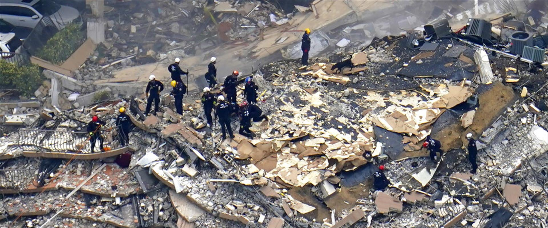 כוחות חילוץ לאחר קריסת הבניין במיאמי