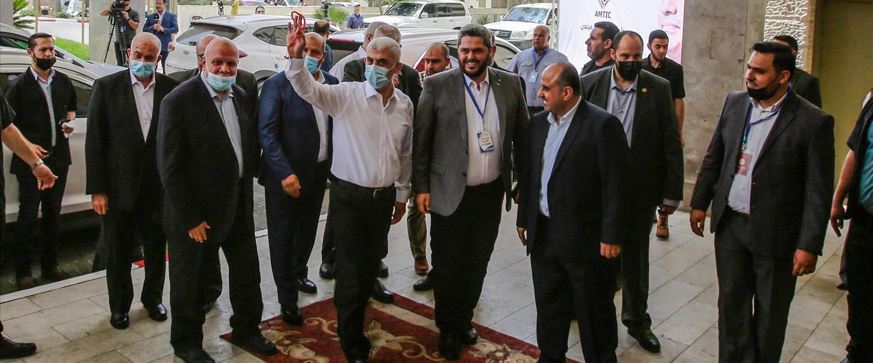 ראש המודיעין המצרי עבאס כמאל יחד עם יחיא סינוואר ב