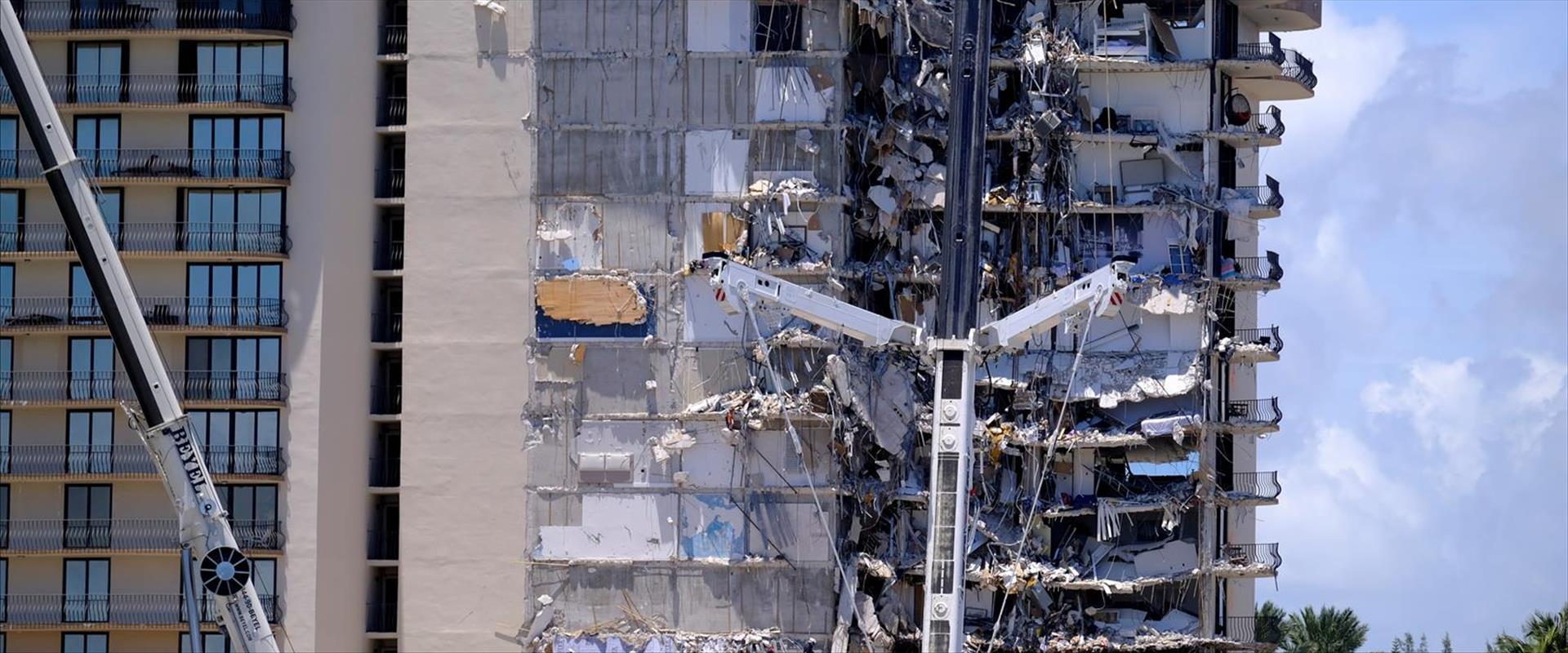 בניין המגורים שקרס חלקית בסרפסייד מיאמי, אתמול
