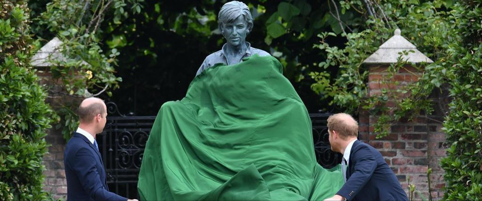 וויליאם והארי חושפים את הפסל לזכר הנסיכה דיאנה