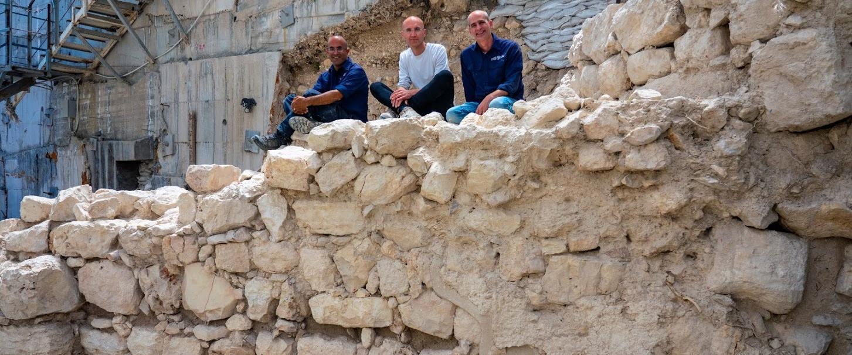 מנהלי החפירה לצד קטע החומה שנחשף
