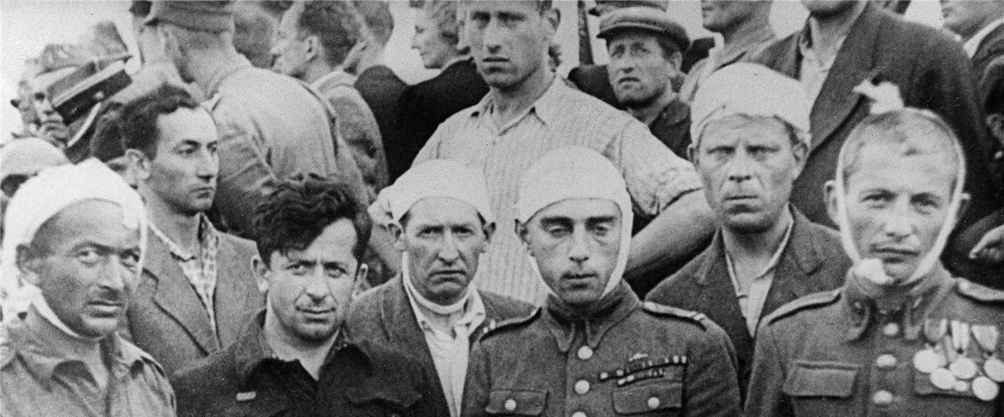 יהודים שנפצעו בפוגרום משתתפים בקבורה ההמונית
