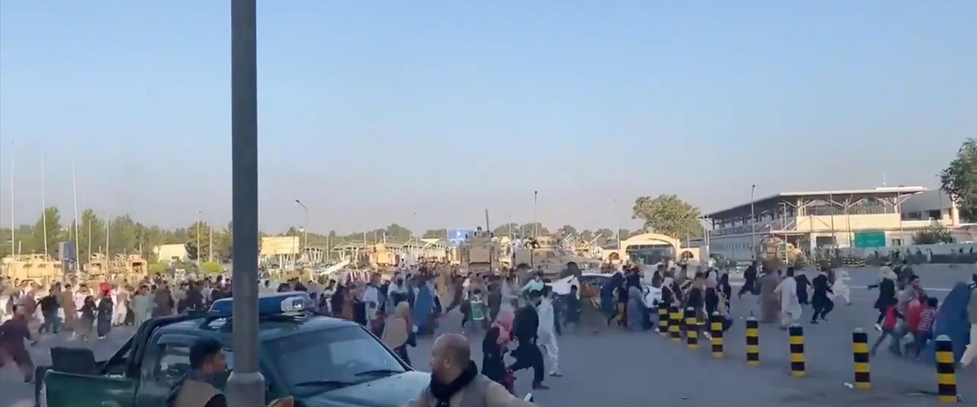 אזרחים אפגנים בשדה התעופה, הבוקר