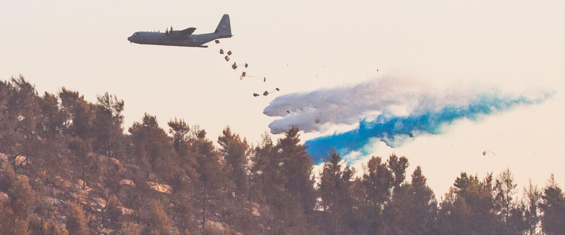 מטוס הרקולס מסייע בכיבוי השריפות