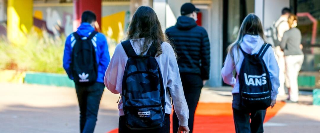 תלמידים צועדים לכיתה, ארכיון