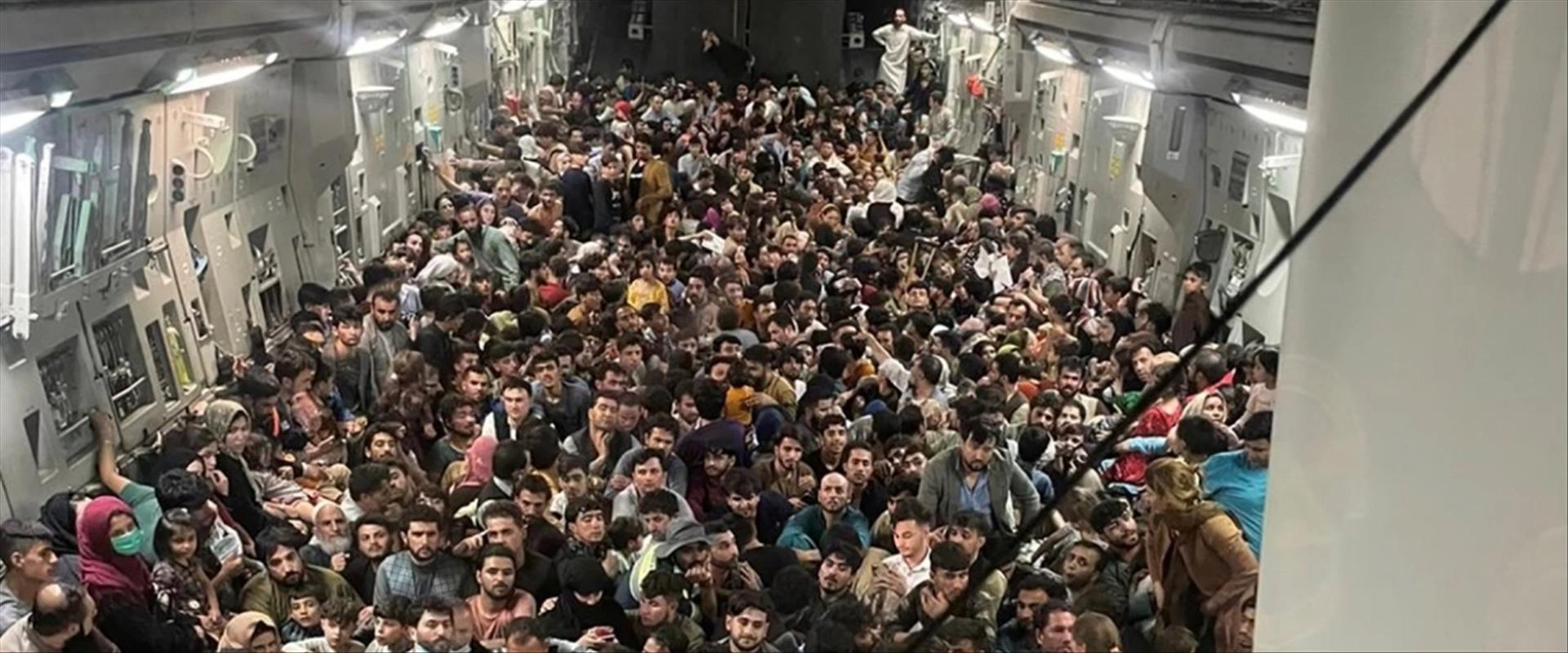 מטוס עמוס אזרחים אפגנים בצאתם מהמדינה, השבוע