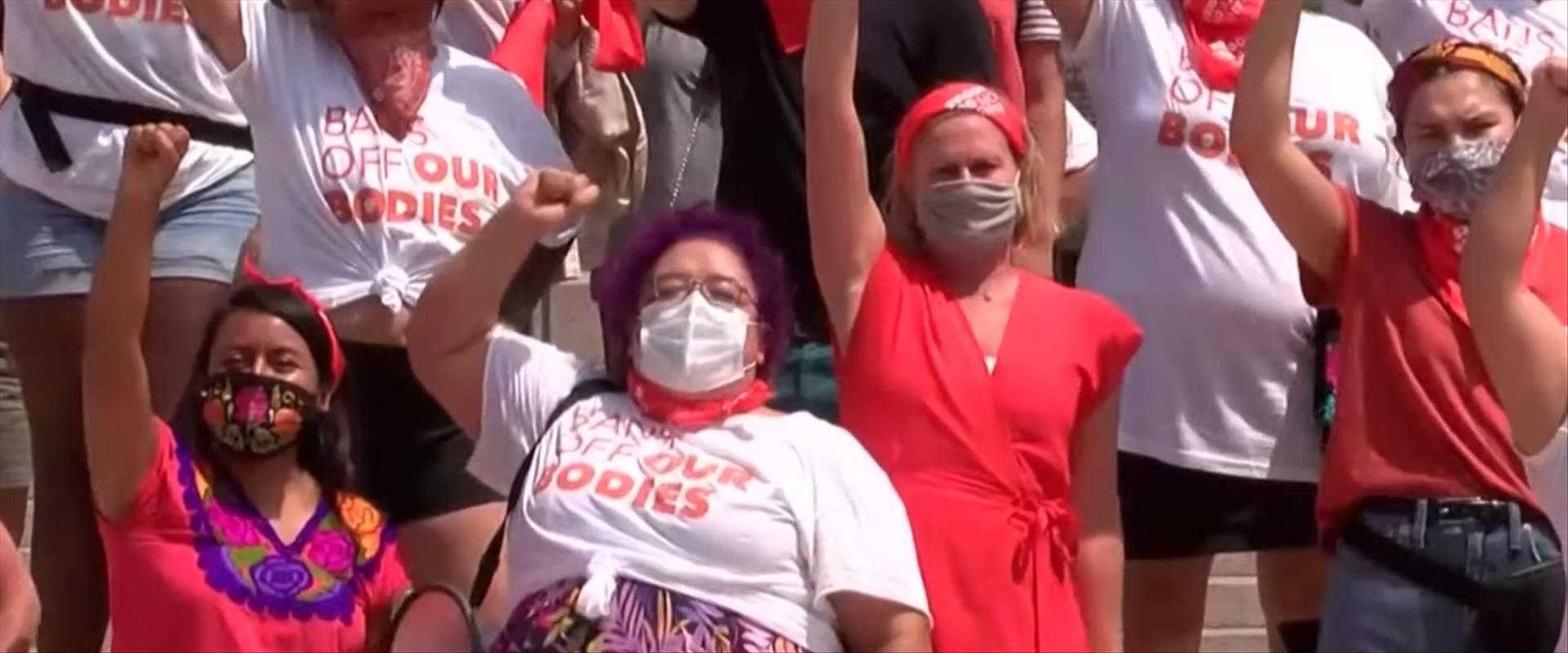 """הפגנה נגד החוק בארה""""ב"""