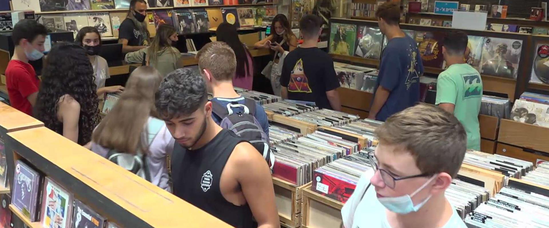 בני נוער בחנות תקליטים