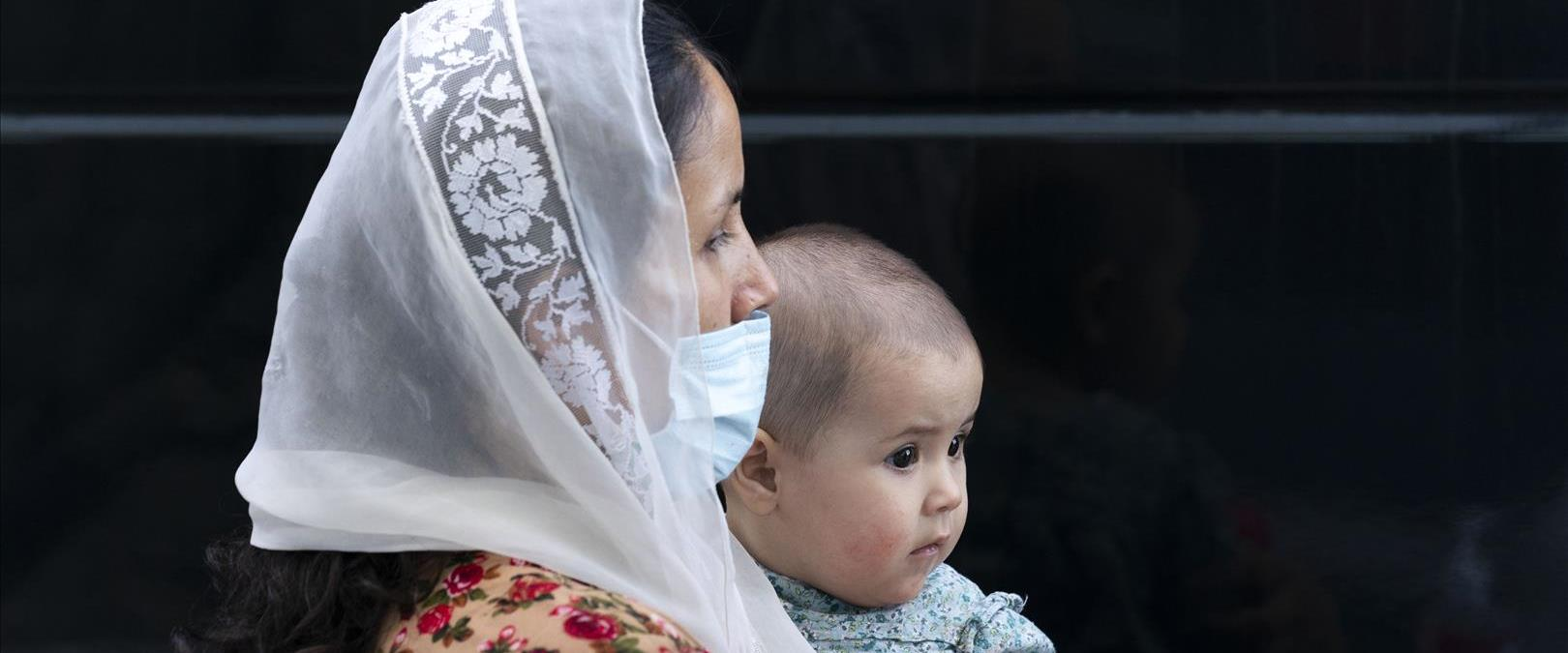 אישה אפגנית ותינוקה