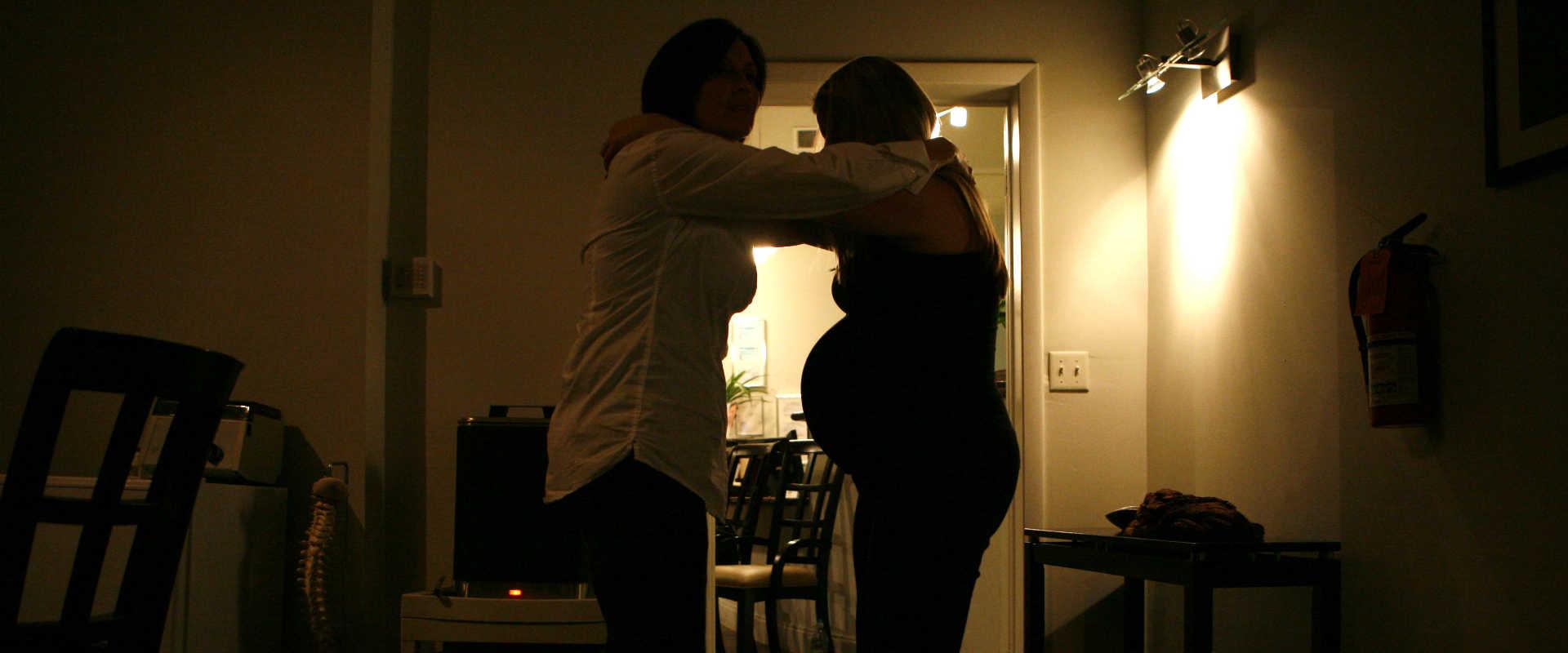 דולה מסייעת לאישה בהריון