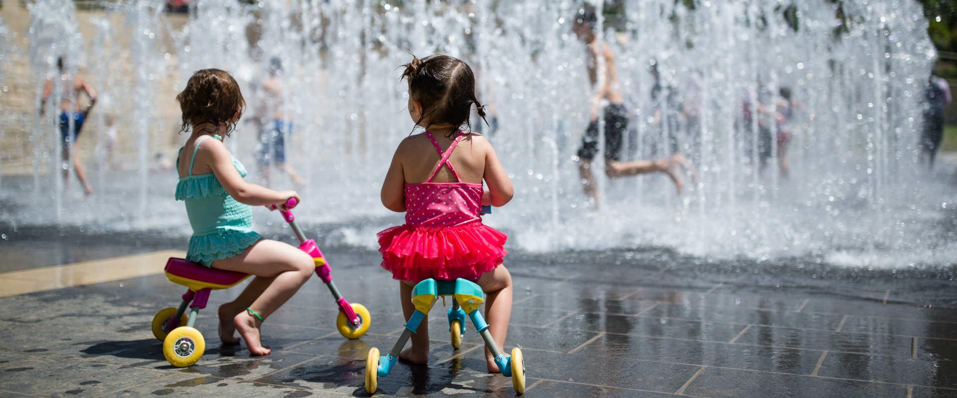 ילדים משחקים במזרקה בירושלים