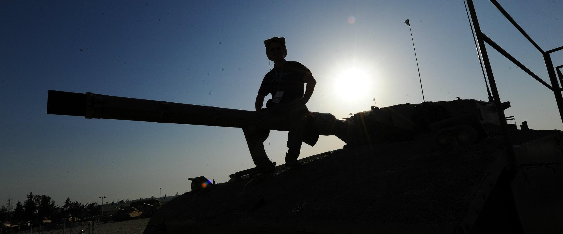 חייל על טנק