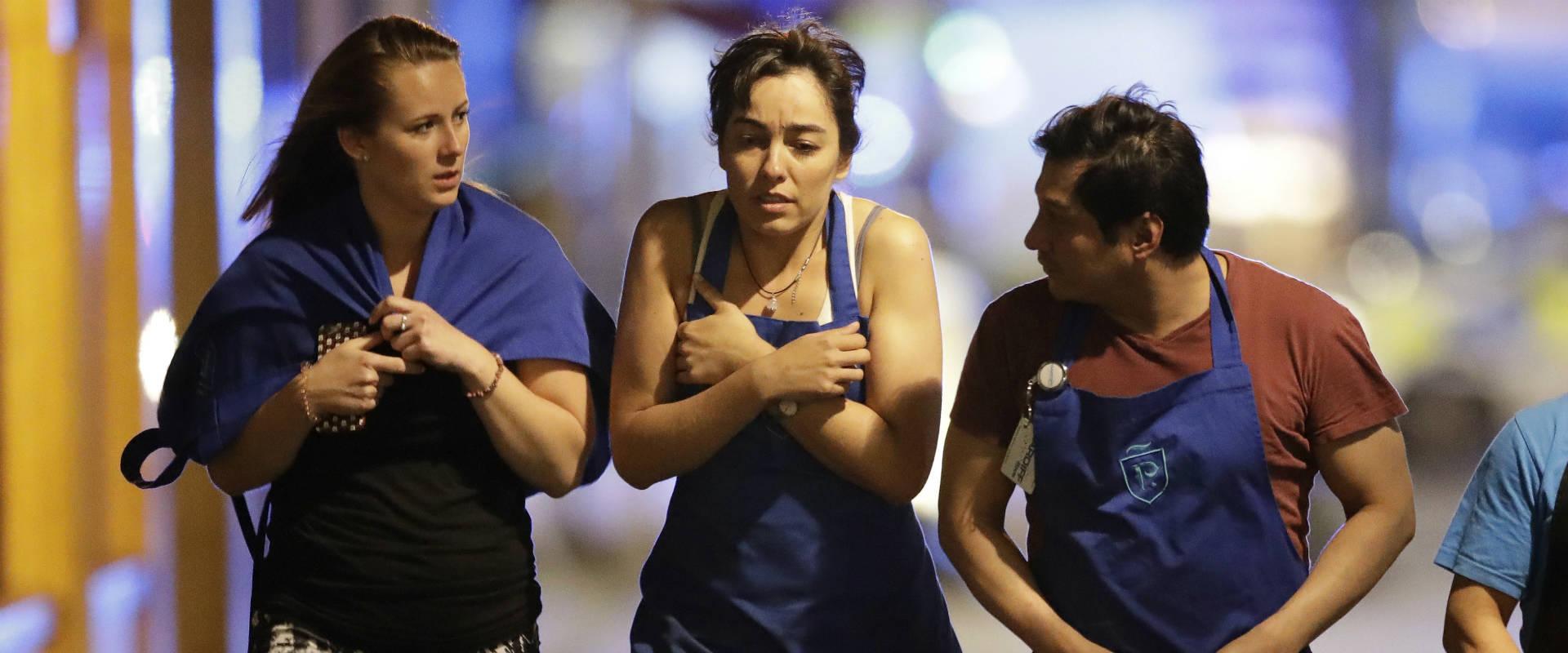 אזרחים מבוהלים נמלטים מאזור הפיגוע