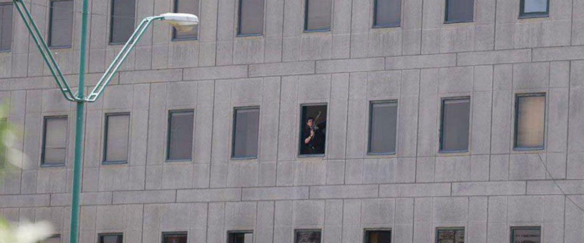 חמוש מתבצר בבניין הפרלמנט האיראני בטהרן