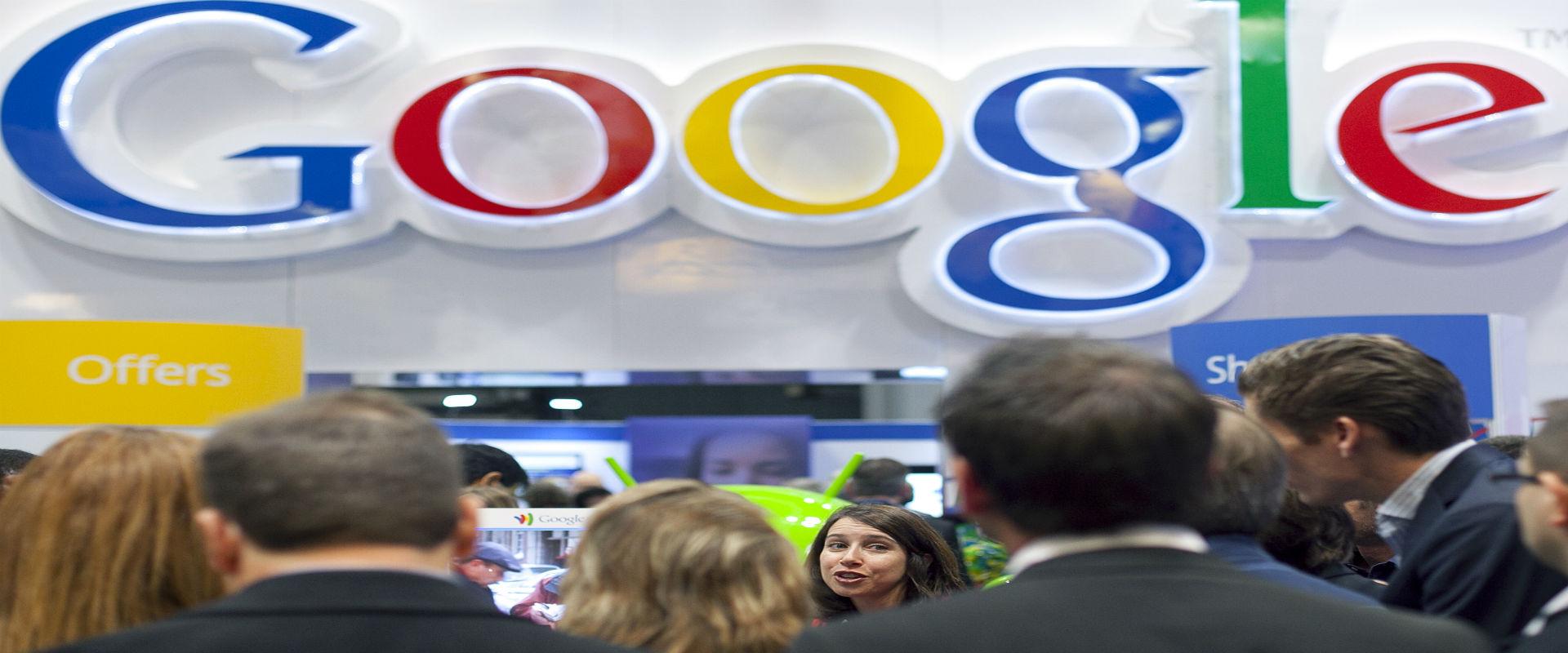 משתתפים בכנס בניו יורק על רקע לוגו גוגל, ינואר 201