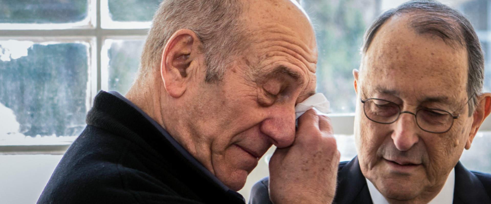 ראש הממשלה לשעבר אהוד אולמרט לצד פרקליטו אלי זוהר,